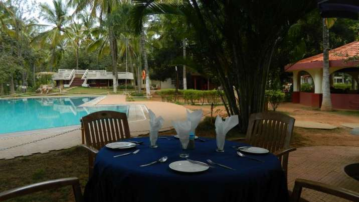 Poolside_Garden_at_Fantasy_Golf_Resort_Bangalore_omqqb7